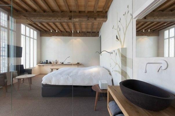 Спальня с ванной на мансарде