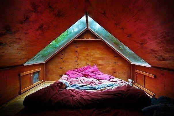 Оригинальная спальня на чердаке.