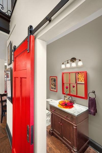 Двери для туалета и ванной комнаты (44 фото): особенности установки, подбор конструкции и материалов
