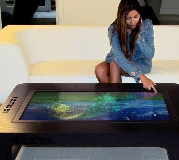 Интерактивный сенсорный стол, который состоит из деревянного корпуса, мощного