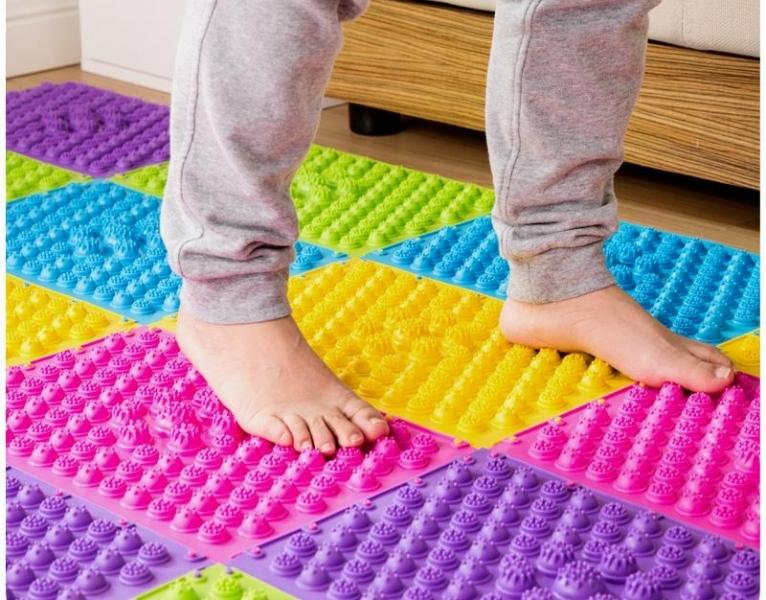 Почему полезно иметь дома детский ортопедический коврик