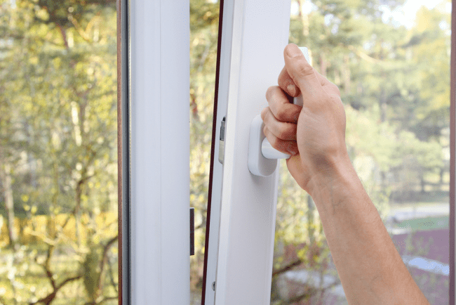 Причины запотевания окон в квартире: опасность проблемы и методы борьбы с ней