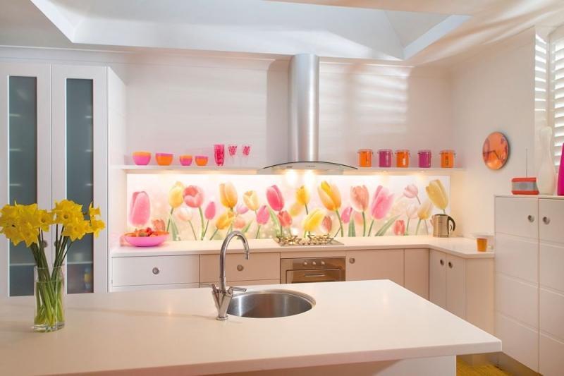 Стеклянные панели для монтажа фартука на кухне