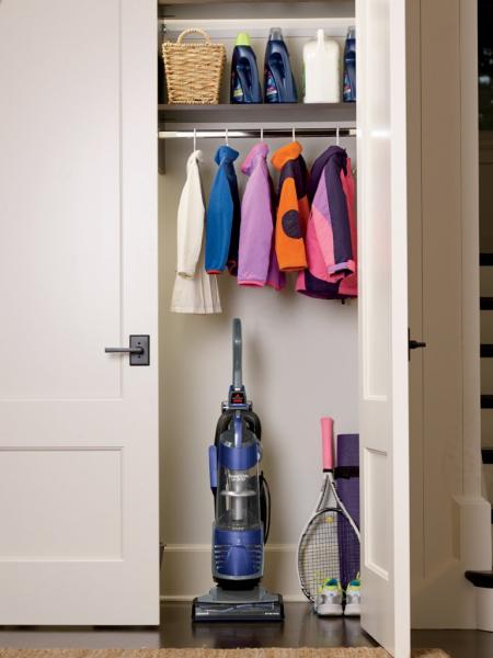 Компактное хранение: выбираем функциональный шкаф для пылесоса и гладильной доски