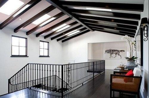 Балки на потолке гармонично вписываются как в классический стиль интерьера, так и в
