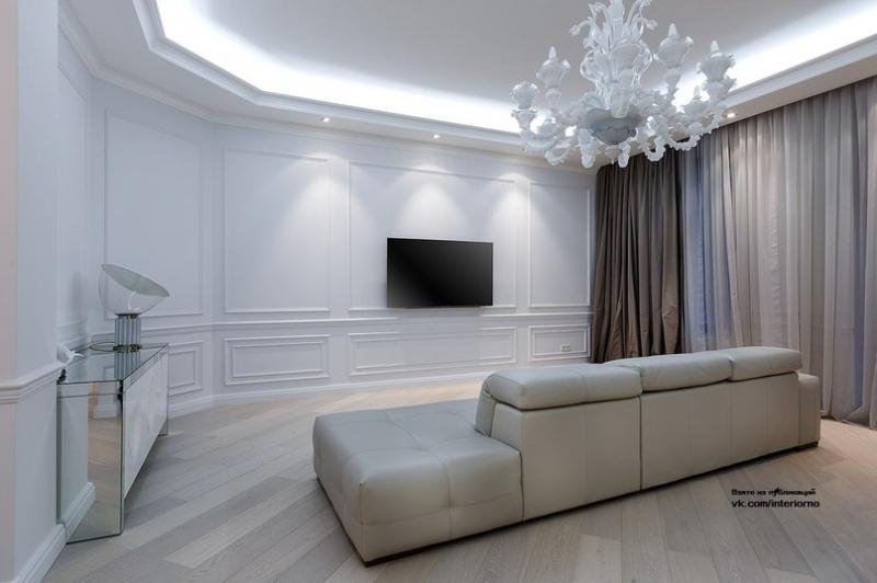 Большая светлая гостиная комната площадью 51 кв.м., включающая в себя столовую группу,