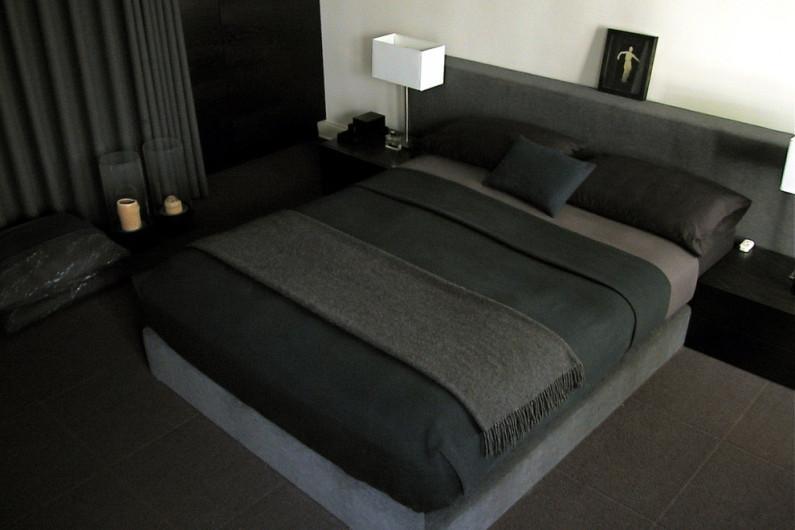 Дизайн спальни в черно-белом цвете