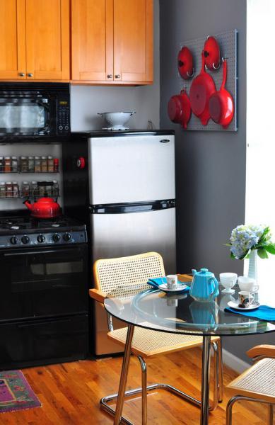 Куда поставить холодильник в очень маленькой кухне: 5 идей
