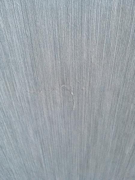 Как задекорировать неровные стены и рваные обои?