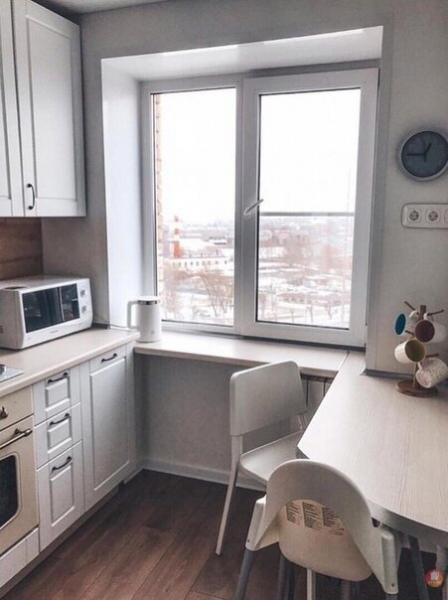 Кухня всего 5 кв с холодильником. Красивая, но есть большой недочет