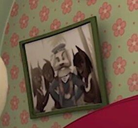 Что за фотографии висят на стене в гостиной Барбоскиных?