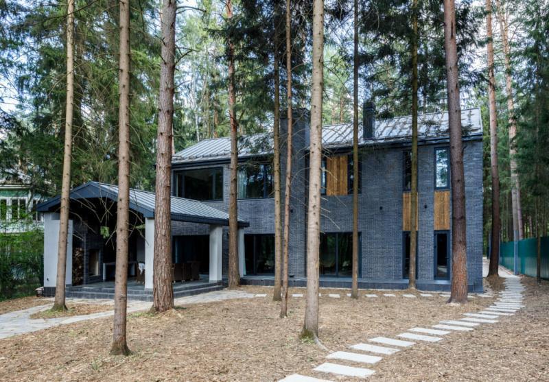Черный дом в лесу, 300 м²