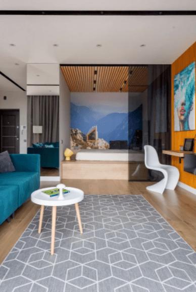 5 маленьких квартир, где вместо кровати — подиум (и что говорят об этом дизайнеры)