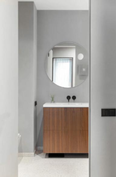 Монохромная квартира с секретом в Москве, 100 м²