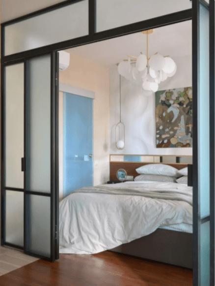 На 36 кв.м. - спальня, кухня, гостиная, гардеробная и красочный уютный интерьер
