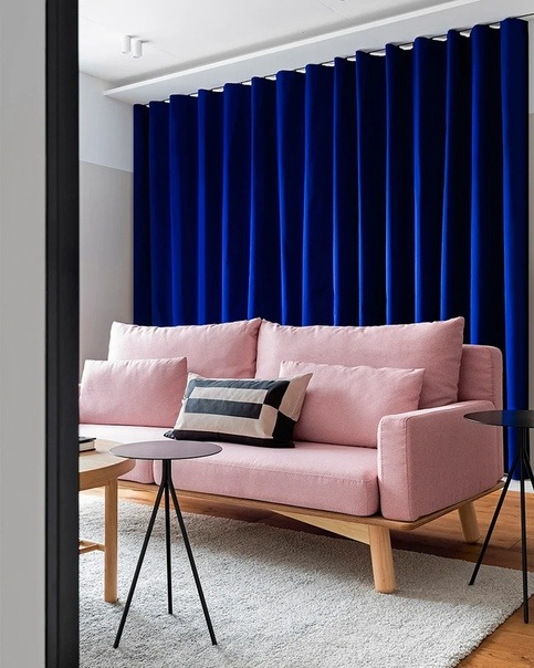 Квартира 65 м² с синими шторами