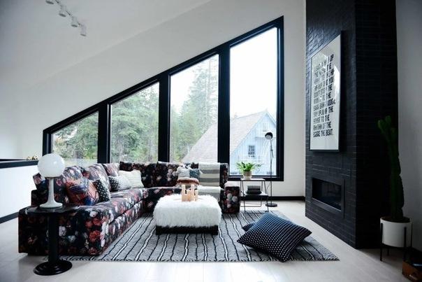 Небольшой уютный дом в черно-белом интерьере