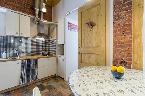 Птица Гамаюн в интерьере квартиры (33м2): кирпичные стены, амбарная дверь, коряжки. А все сложилось в уютный дом