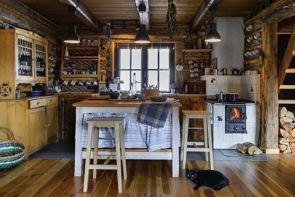 Дом с прекрасным видом на горы, а интерьер душевный и уютный. Разобрали 4 дома, чтобы построить один: терраса, печь, много дерев