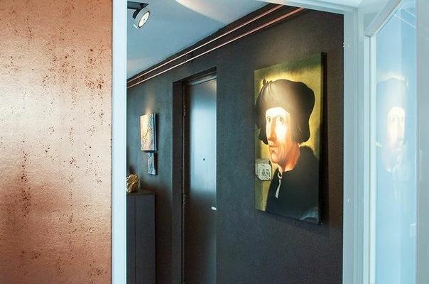 Уникальный интерьер квартиры, хозяйка которого занимается медью: трубы, декор и даже стена! Яркое сочетание изумруда и меди