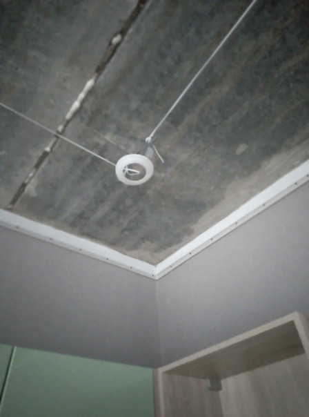 Нас, видимо, приняли за олигархов, увидев, что у нас кухня-столовая 20 метров: во сколько обошлась установка натяжного потолка