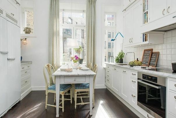 Современный шведский интерьер в стиле ретро: потолки более 3,5 метров, картины маслом и зеркала граничат с современной кухней