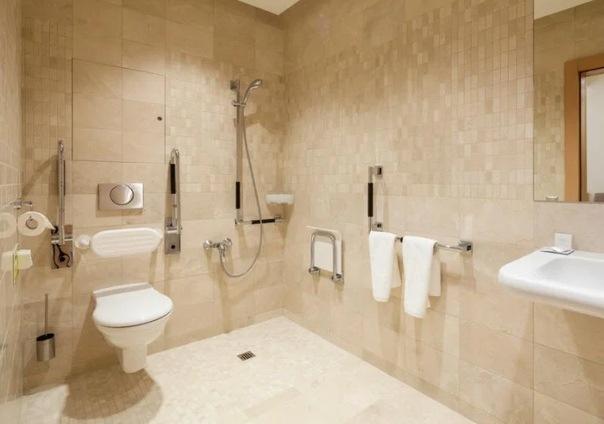Не делайте в квартире душ без поддона и кабины (слив в пол): минусы перекрывают все плюсы