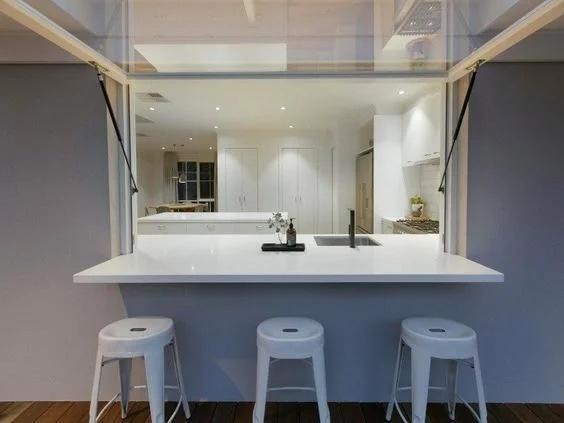 «Кухонная дыра». Зачем в США между кухней и гостиной иногда делают окно?