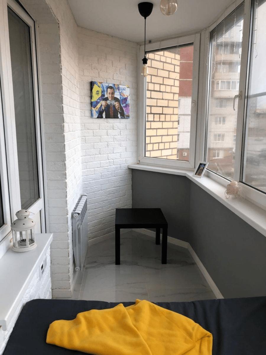 Замечтательный балкон с винным шкафом и местом для релакса
