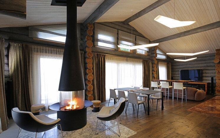 Современный мужской интерьер в серых тонах внутри деревянного дома-шале. Стиль в каждой детали: стекло, текстурное дерево, мрамо