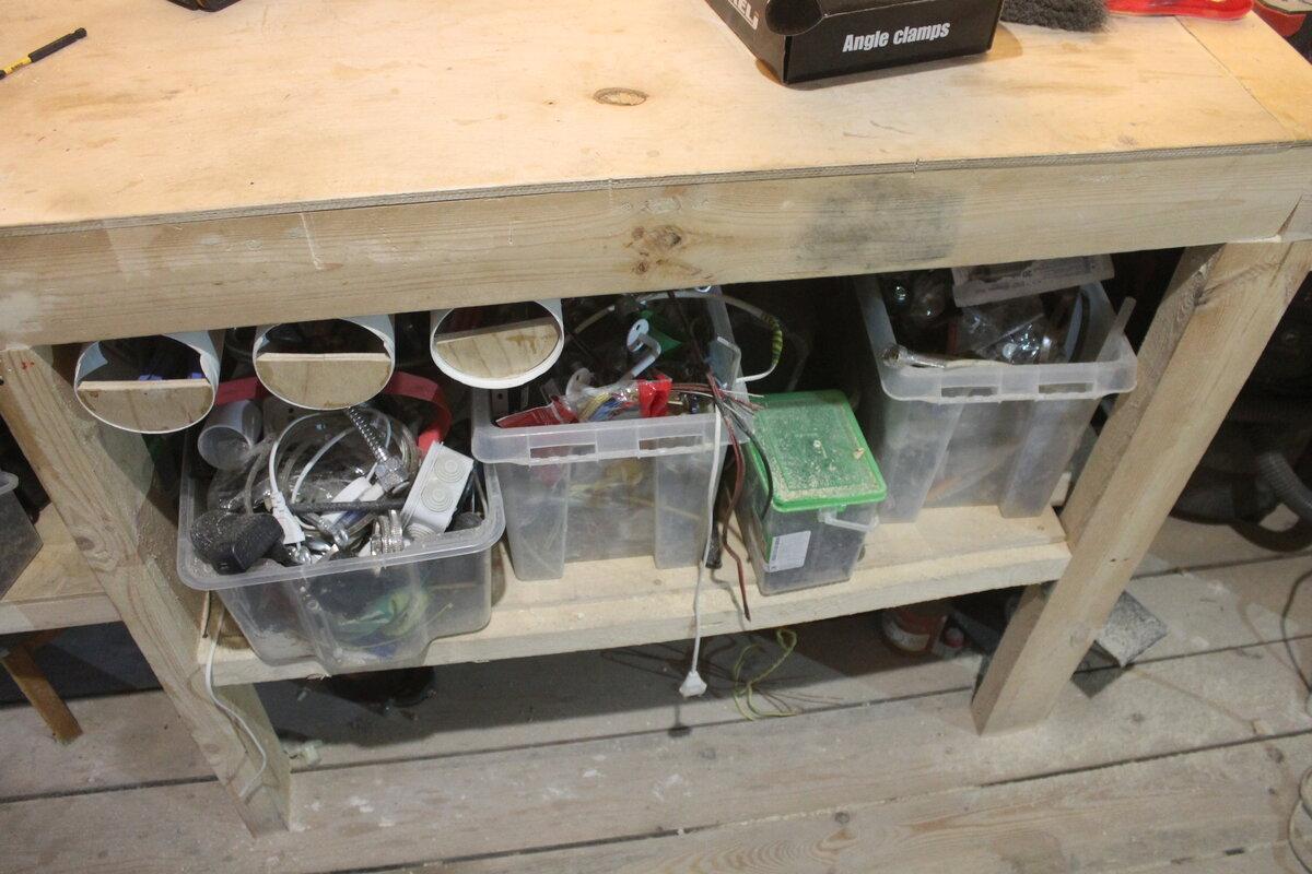 Сделал себе хитрую выдвижную систему хранения инструмента в гараже, теперь жена просит сделать такую на кухне
