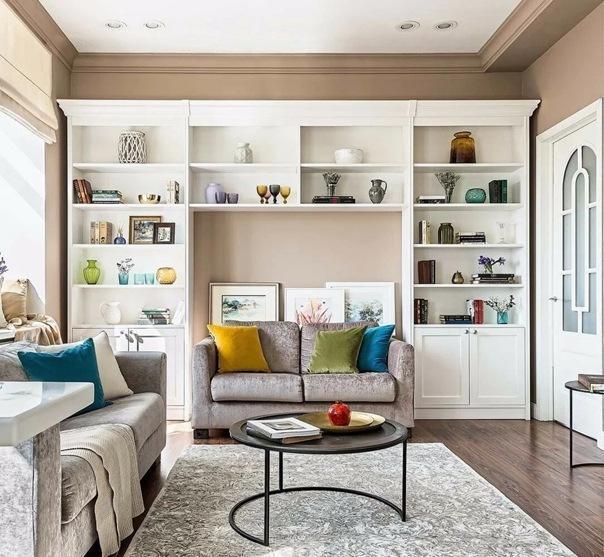 Что поставить вместо мебельной стенки в гостиную: 9 примеров из дизайнерских интерьеров