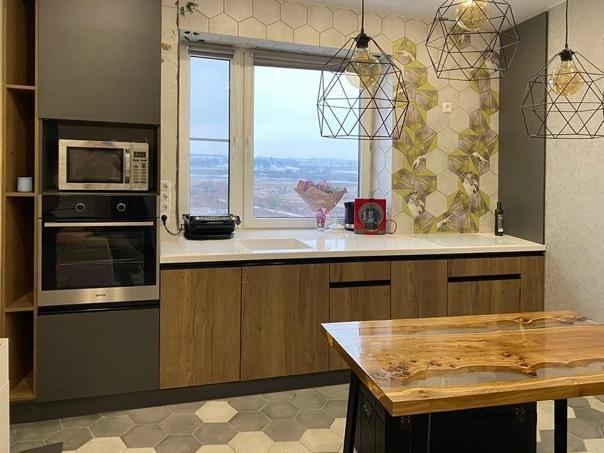 Кухня под окном: дерево + антрацит