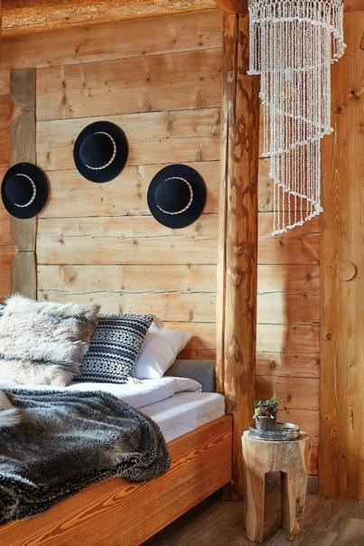 Восстановленный столетний дом в Польше с интерьером на новый лад: много необработанного дерева и овечьей шерсти