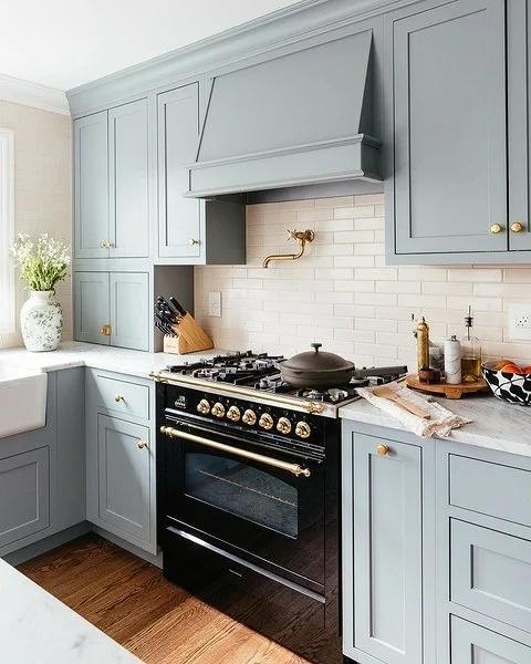 8 самых красивых сочетаний кухонного фартука и гарнитура