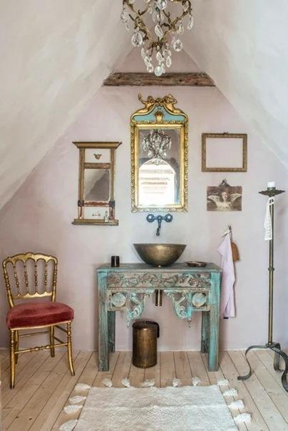 Дом художницы Кристины Дидрикссон (Швеция): классический шведский дом с непримиримым интерьером. Контраст позолоты и штукатурки