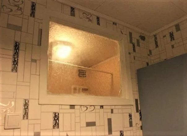 Для чего в старых квартирах между кухней и ванной окно? Отвечаем на вопрос
