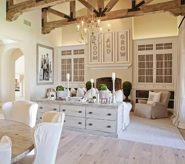 Винтажный интерьер дома в США: ослепительный белый в обрамлении брутальных досок и деревенского стиля
