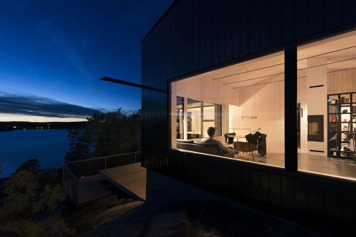 Коттедж (70м2) в Норвегии над обрывом с потрясающим видом! Дом с 3 спальнями и минимализмом в дереве: снаружи черная доска