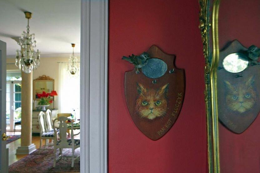 Семейный дом художников в деревне под Краковом в скандинавском стиле. Использованы царские цвета: золото и благородный синий