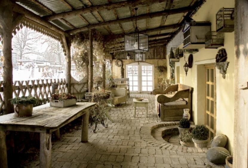 Интерьер дома после ремонта, которому 300 лет. Дом в уединении с сокровищами, старой печью, каменными полами и сундуками
