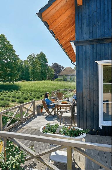 Синий дом среди лаванды: простой, красивый, сдержанный интерьер небольшого дома в окружении парков и дворцов
