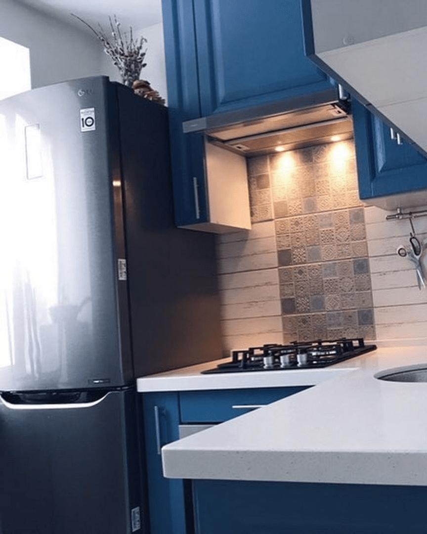 Маленькая, синяя кухня на 4,5 кв. м с холодильником, плитой и посудомойкой: всё по фэншую!