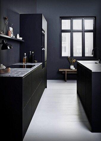 Чёрная матовая кухня «съедает» пространство, делая комнату меньше, чем она есть!? Да как бы не так! 5 наглядных примеров