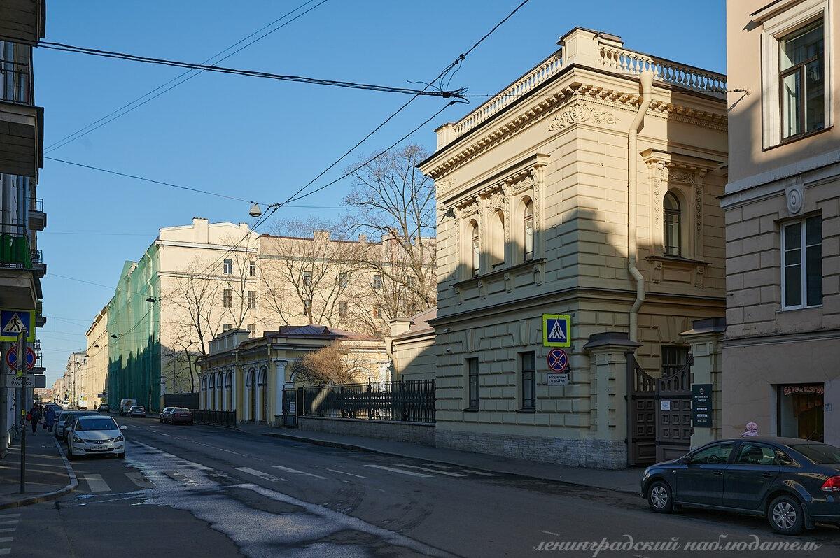 Великолепные интерьеры дворца, фасад которого больше похож на советский НИИ.
