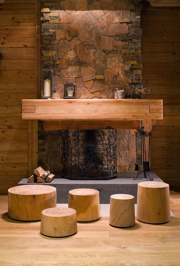 Интерьер дома-шале в Подмосковье в современном альпийском стиле: только дерево, массивный камин, брутальный камень и шкуры