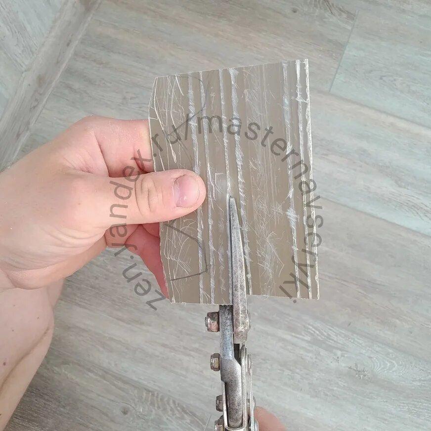 Монтажники натяжного потолка испортили оконную пластиковую раму. Пришлось проявить смекалку. Показываю как решил проблему.