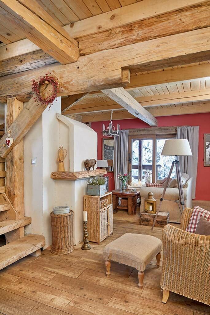 Деревянный интерьер старинного дома в Бещадах: открытая лестница, сочетание натурального цвета дерева с бордовым. Место для души