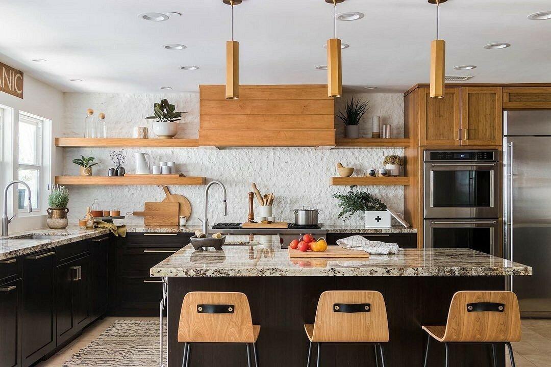 7 кухонь, где рискнули отказаться от плитки на фартуке