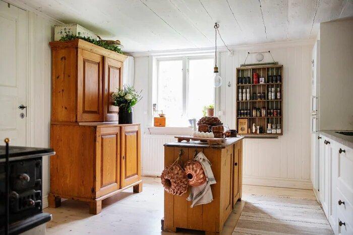Превратила старый дом в деревенскую мечту, верандой увеличила площадь до 95м2. Счастье в красном доме с белым интерьером